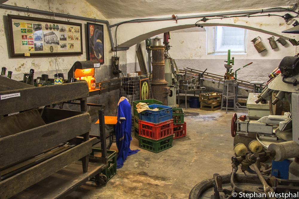Blick zum Durchleuchter, Limonadenfüller und Ofen aus der Ulanenkaserne
