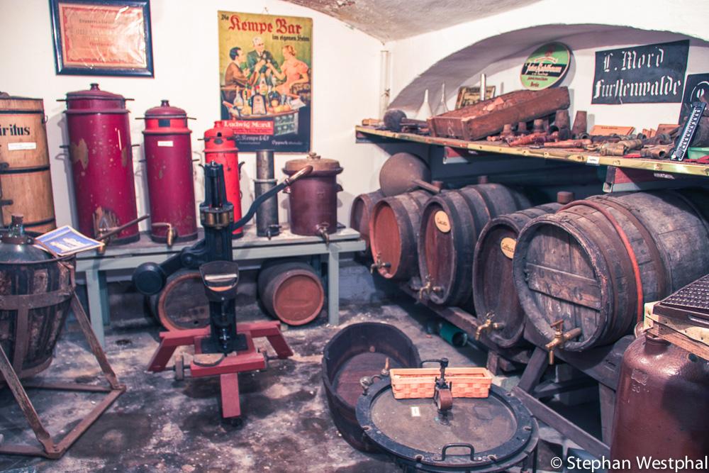 Bildmitte: Weinfilter und Korkgerät